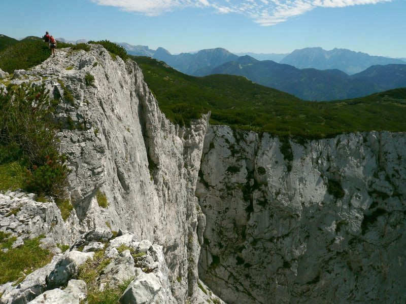 Die Bergwanderer halten respektvollen Abstand zur Abbruchkante