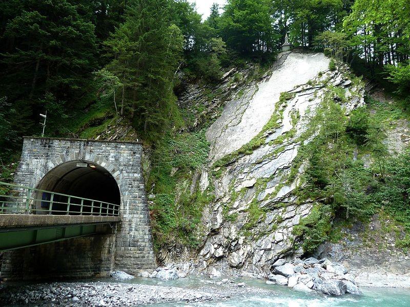Bregenzerache, der Schoppernauer Tunnel und die Armenseelenkapelle über dem hellen Felsen