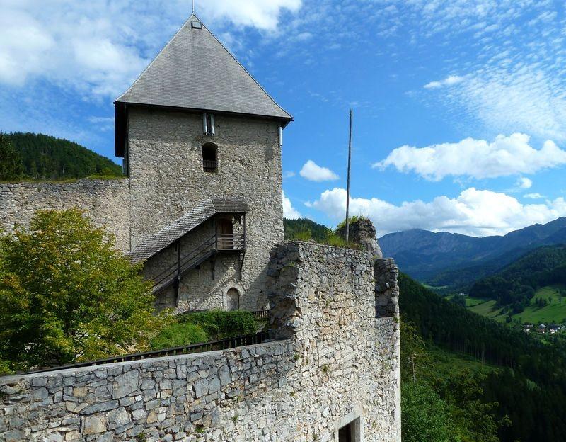 Der südliche Turm mit Außentreppe und Holztür