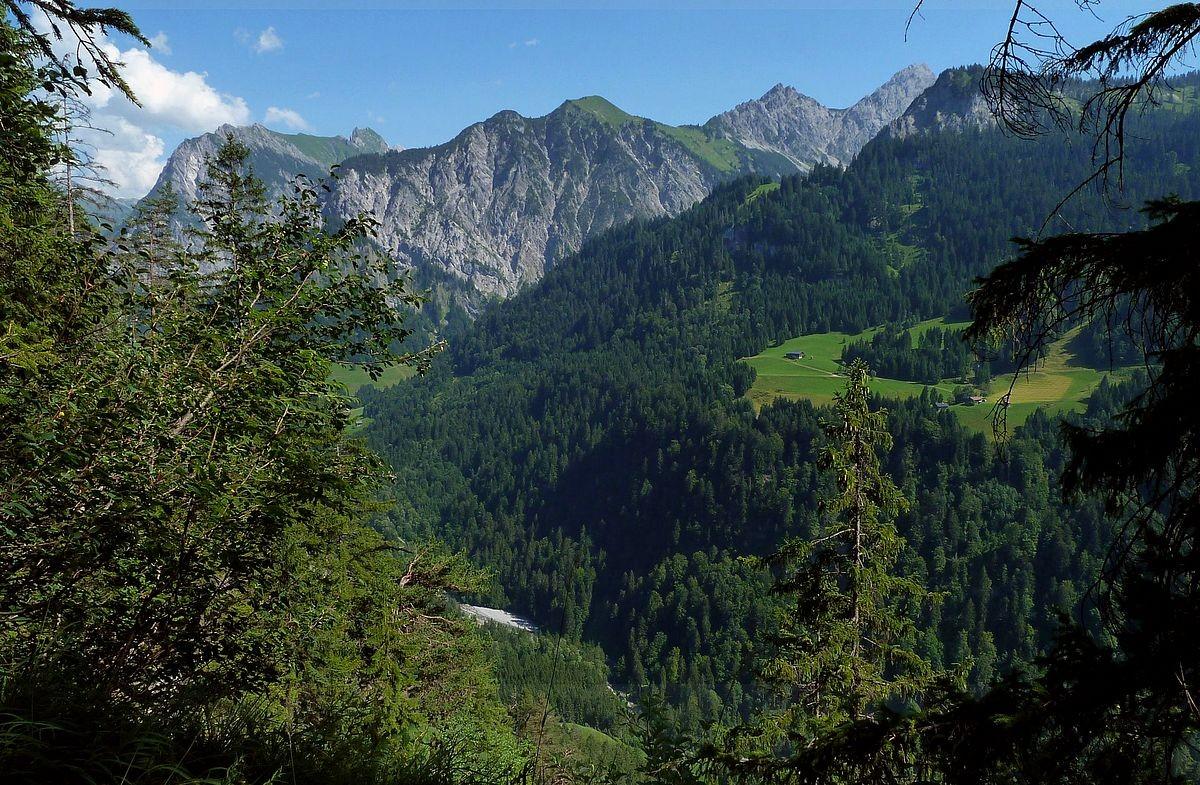 Blick von einem bewaldeten Rücken südlich des Seewaldsees auf das hintere Großwalsertal bei Sonntag und Buchboden