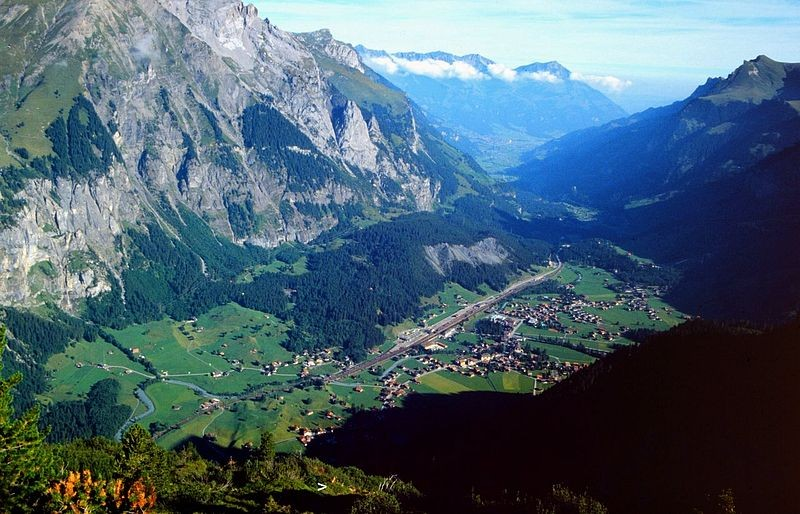 Tiefblick vom Jegertosse auf Kandersteg. Der Pfeil zeigt auf ein Gemsenlager in den Latschen.