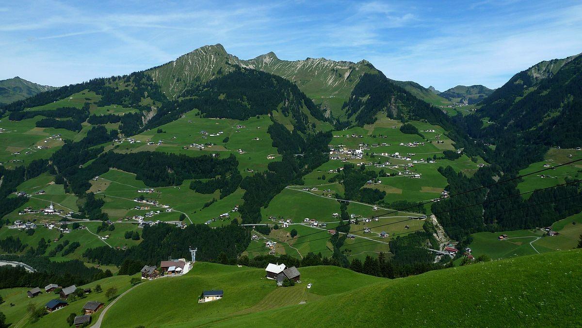 Die Streusiedlungen der Gemeinde Sonntag. Dahiner Türtschhorn und Glatthorn. Rechts Faschina.