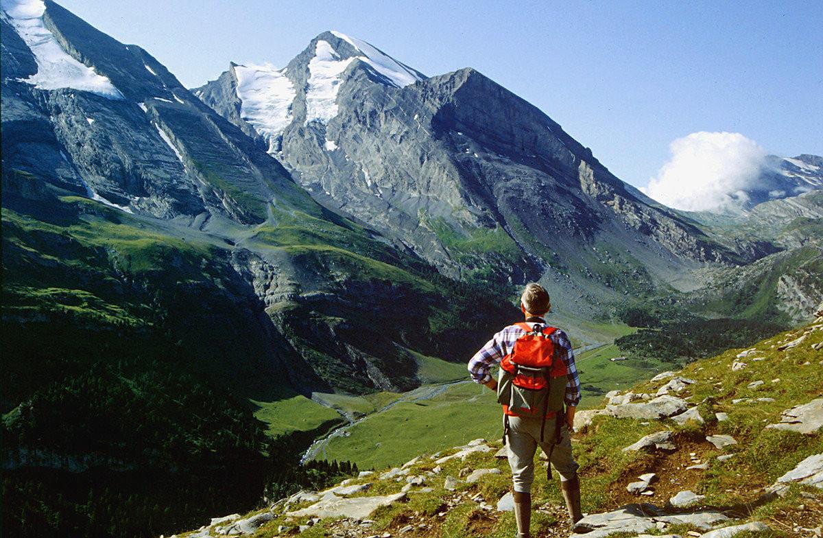 Altels und Rinderhorn über der Spittelmatte vom Gipfel des Gällihorns. Gemmipass rechts mit Wolke.