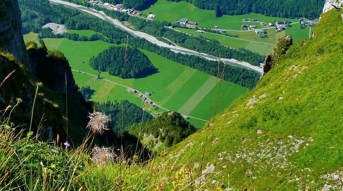 Eindrucksvoller Tiefblick vom Hählesattel über die Nordflanke auf das Tal der Bregenzerache.