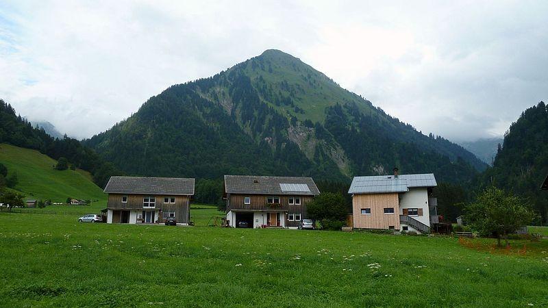 Am Ortsende von Schoppernau gegen die Pyramide der steilen Hinteren Üntschenspitze