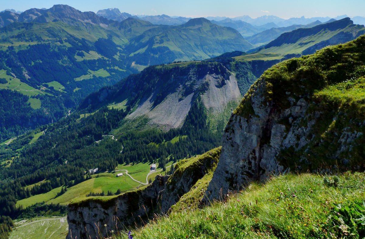 Blick von der Holenke auf den Alpengasthof Edelweiß, zu dem eine Gütersträßchen hinaufführt.