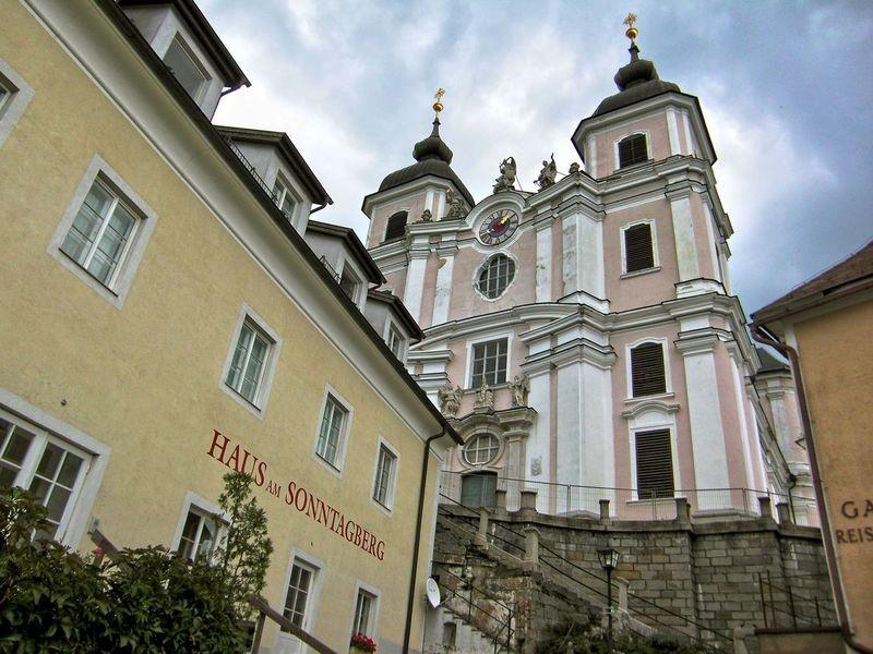 Die Westfront der Basilika Sonntagberg mit dem Haupteingang