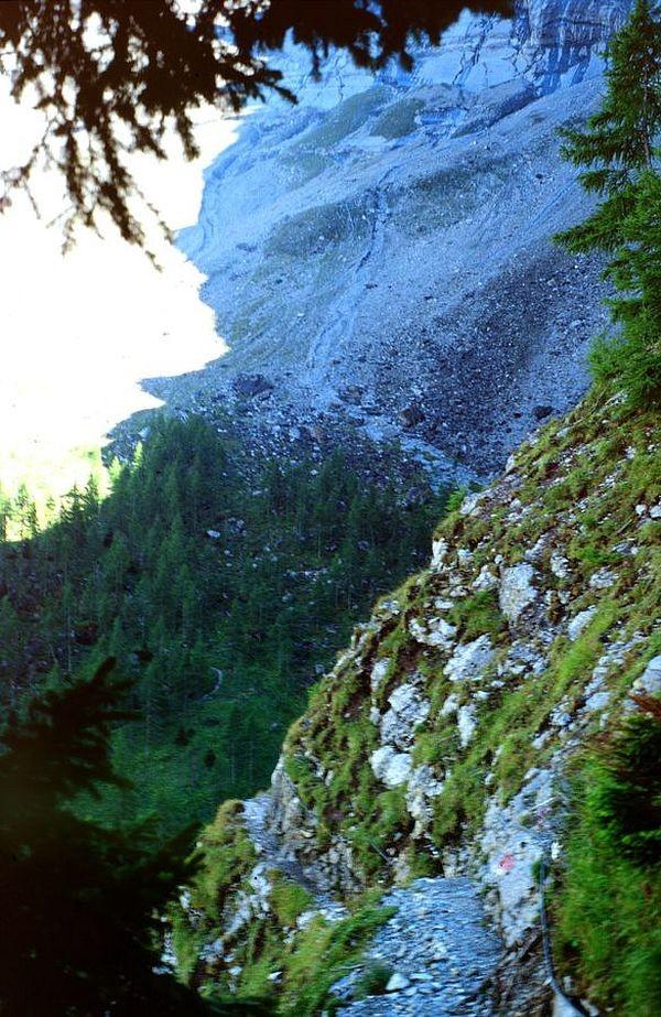 Der mit Drahtseilen versicherte, schmale ausgesetzte Felsensteig zwischen Fisialp und Doldenhornhütte