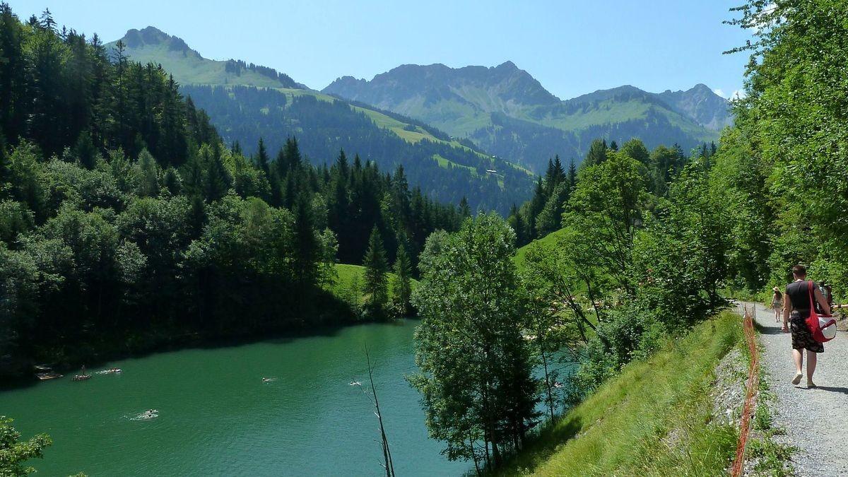 Der 1000 m hoch gelegene Seewaldsee, der wärmste Berg- und Badesee in Vorarlberg