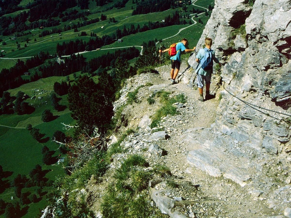 Beeindruckende Tiefblicke vom Steig in der Wetterhornflanke. Der Steig setzt Trittsicherheit und Schwindelfreiheit voraus