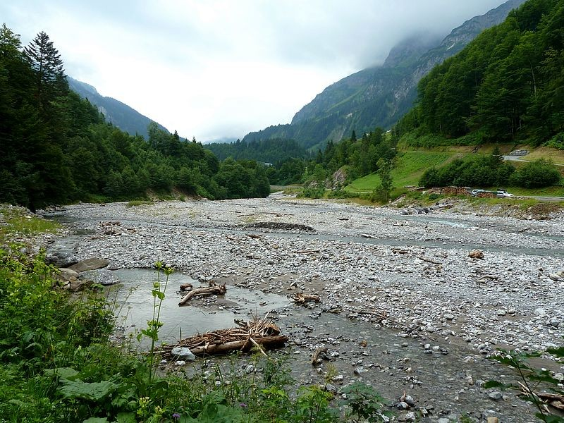 Das hier breite Flussbett der Bregenzerache vom linken Uferweg
