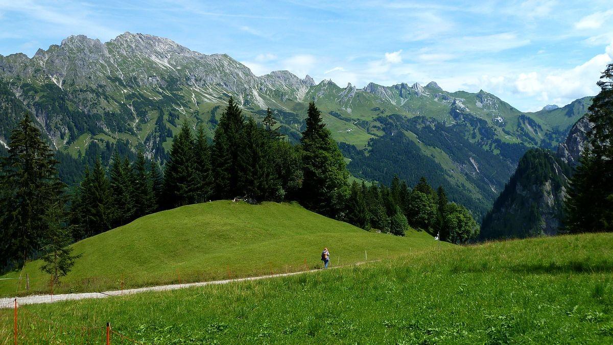 Wanderweg nach Hintersteinbild. Zitterklapfengruppe und Schadonapass (re.) im Hintergrund