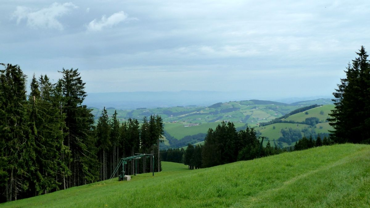Alpenvorland im Tiefnebel. Dahinter schemenhaft die Höhenzüge des Böhmerwalds