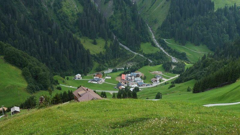 Ober- und Unterboden vom steilen Wiesenpfad, der nach links zur Schmitte und nach Neßlegg hinüber leitet.