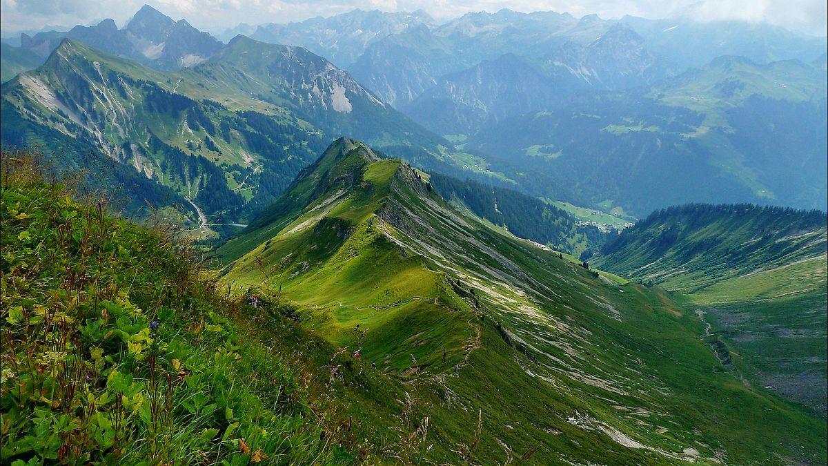Blick über den Drahtseil gesicherten Steig zu den Bergen im Großen Walsertal bei Buchboden