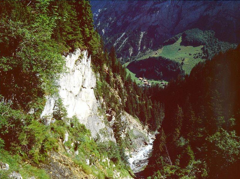 Die Sefinenlütschine rauscht ins Lauterbrunner Tal