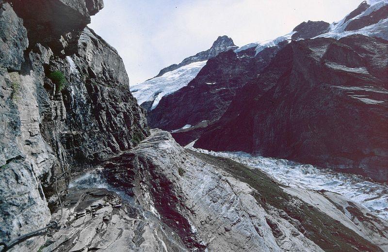 Ein kleiner Bach stürzt auf den Anstiegsweg herunter. Am damals heißen Tag eine willkommene kalte Dusche. Ausweichen ist nicht möglich.