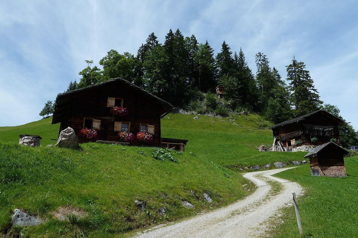 Alphütten und Heustadel auf dem Gebiet Hintersteinbild