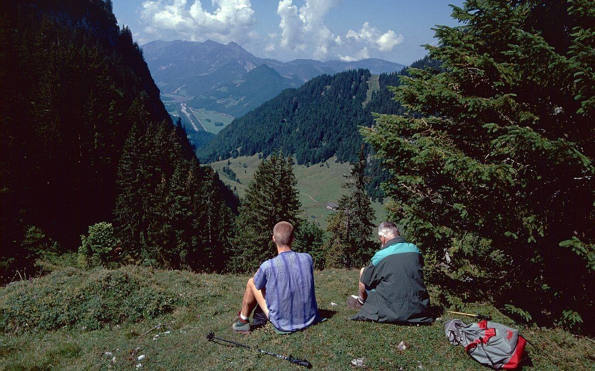 Rast im Bereich der Sattelalpe. Sicht auf Gebiet der Weißenbachalpe und Bregenzerache