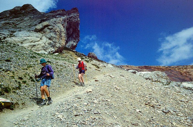 Anfang steiler Abstieg, sandiger Abstieg - an manchen Stellen etwas rutschig.