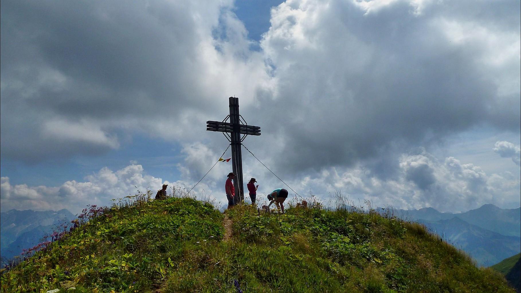 Das Gipfelkreuz auf dem Damülser Glatthorn ist erreicht.