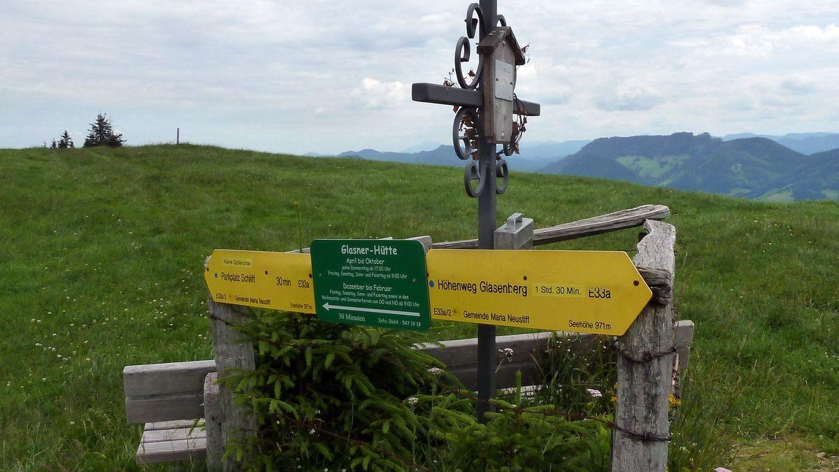 """Das kleine """"Gipfelkreuz"""" mit Rastbänken und Wegweisern"""