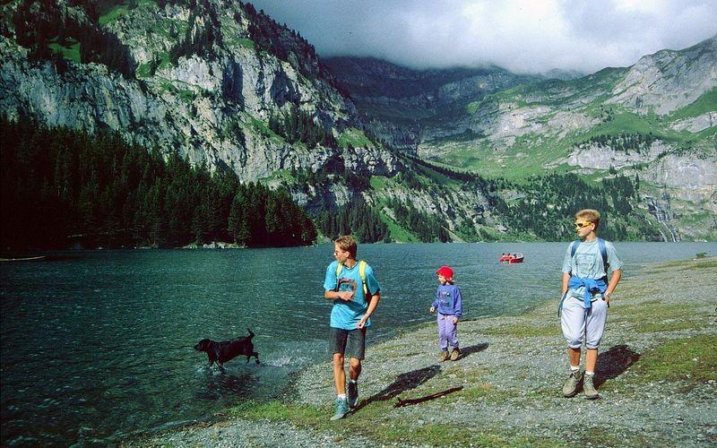 Spaziergang am Oeschinensee. Hinten Weidegebiet von Unterbärgli.