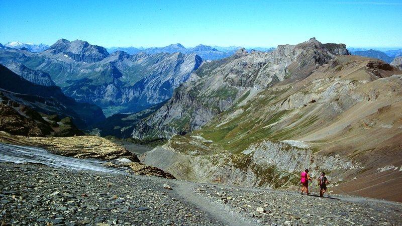 Abstieg von der Blümlisalphütte mit Sicht auf Wildhorngruppe, Großlohner, Allmenalp-First-Gebiet, Kandersteg und Bire