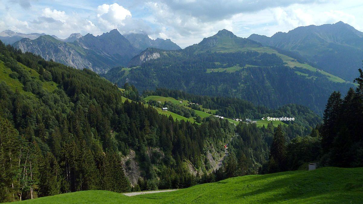 Blick von der Riedbodenalpe zur Parzelle Seewald und dem Seewaldsee