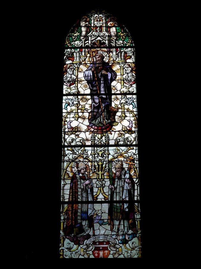 Glasfenster mit dem Schutzpatron von  Kirche und Ort - dem Hlg. Gallus