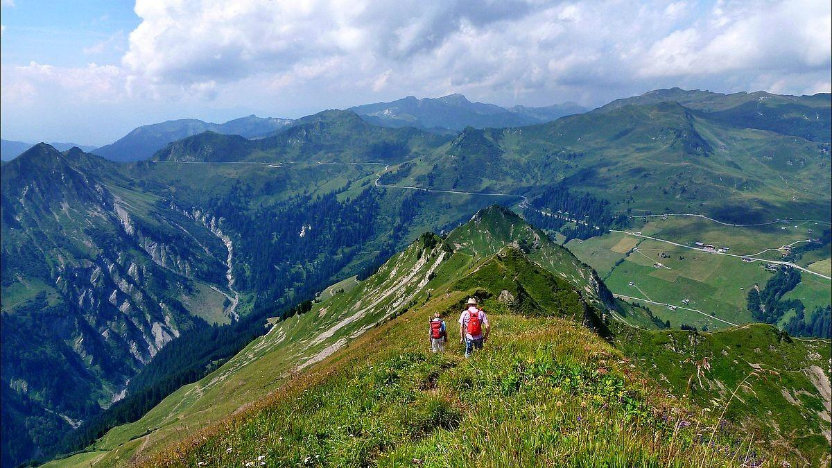 Wanderer beim Abstieg auf unserem Aufstiegsweg von rechts unten. Blick zum Furkajochgebiet