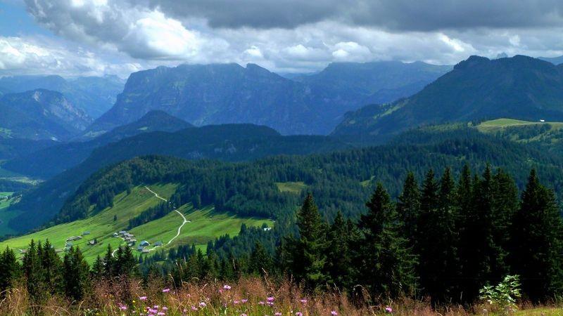 Über Damülserkamm und Mörzelkamm zieht eine Regenfront in den Bregenzerwald