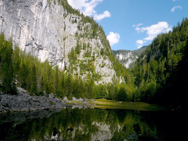 Der Kammersee mit dem Taleinschnitt, in dem die Traun entspringt.