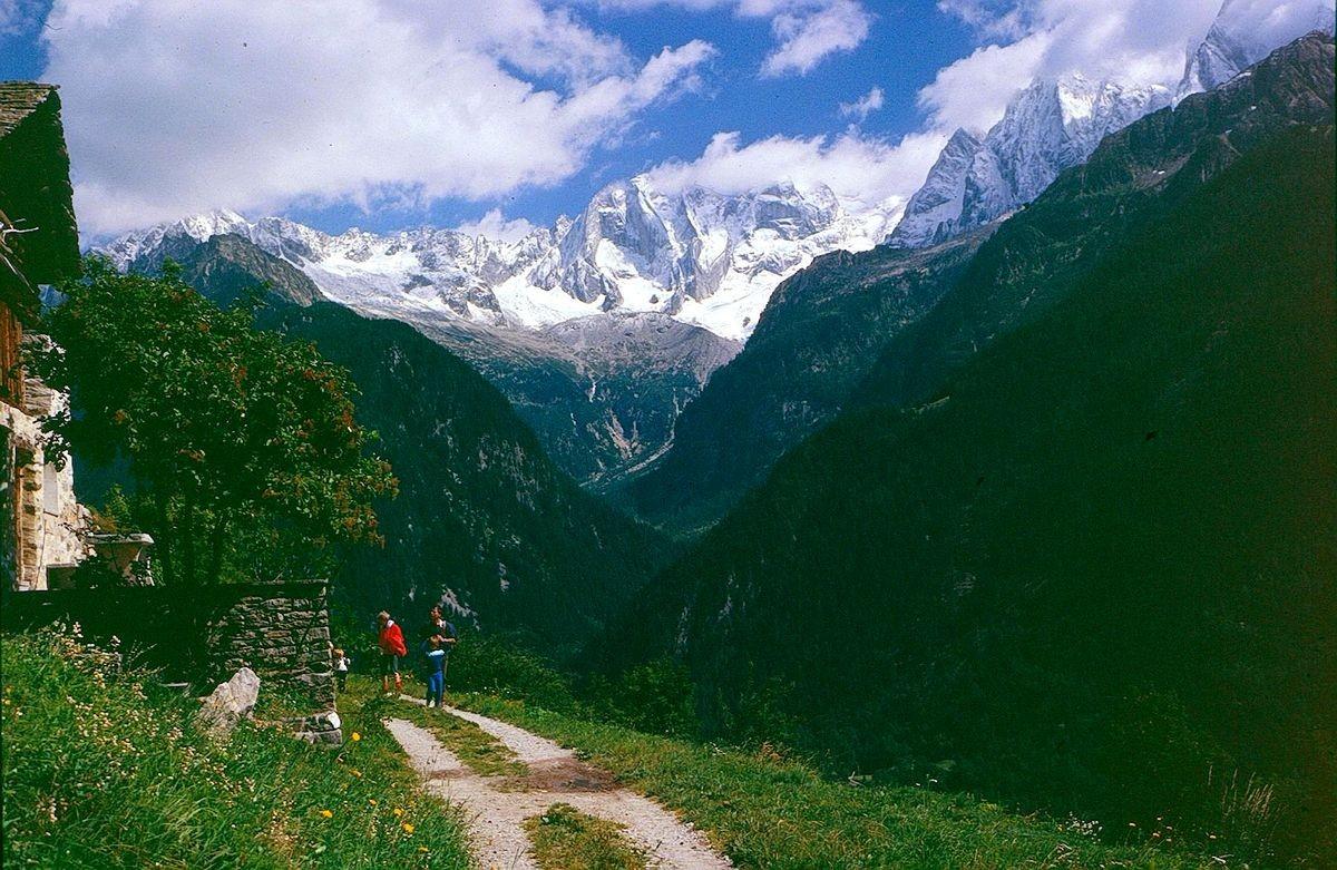 Wanderung bei Soglio - Bondasca Umrahmung, rechts Cengalo und Badile
