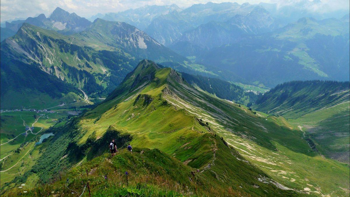 Der steile Drahtseil gesicherte Abstieg vom Glatthorn nach Osten zur Stafelalp und Franz-Josef-Hütte