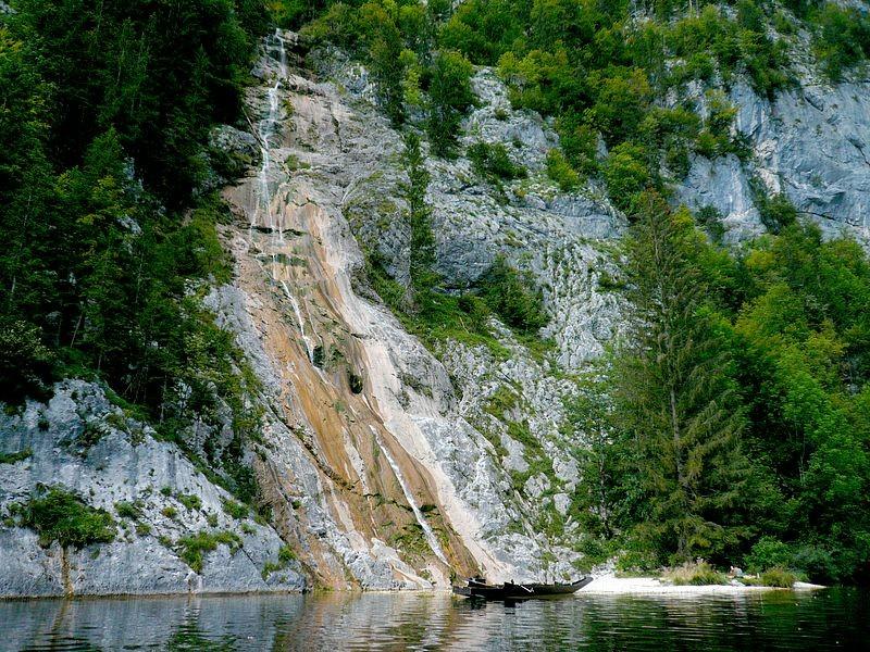 Mit der Motorplätte auf dem Toplitzsee unterwegs. Der Kammersee ist nur mit dem Boot erreichbar.