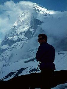 Die tief verschneite Eiger-Nordwand im Juli 1968. Immer wieder gingen kleine Lawinen ab.