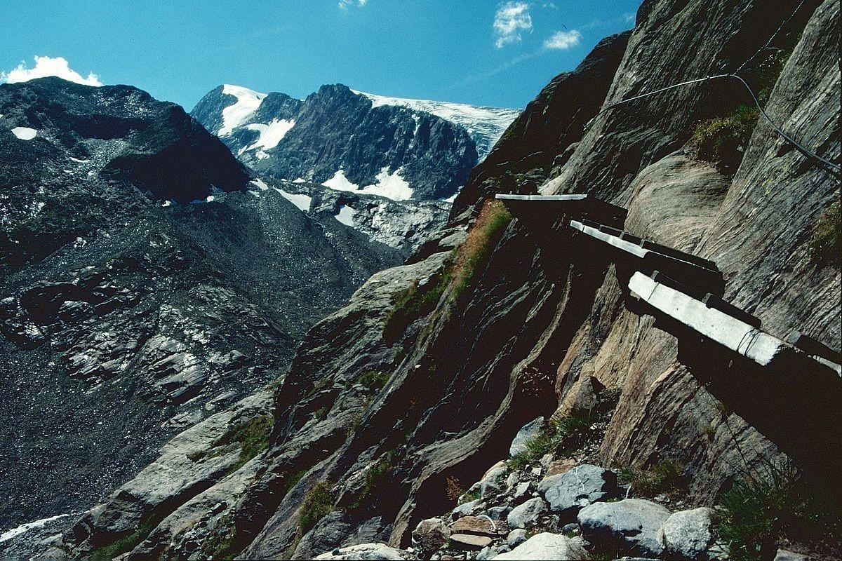 Versicherter Steig durch glatte Felsen vom Beiljoch Richtuzng Sulzenauhütte. Hinten Wilder Pfaff und Sulzenauferner.