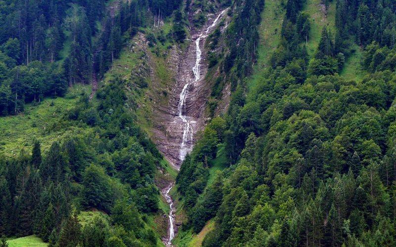 Die Wasserfallkaskaden des Bergbachs unterhalb der Hochkünzelspitze von Hinterhopfreben aus,