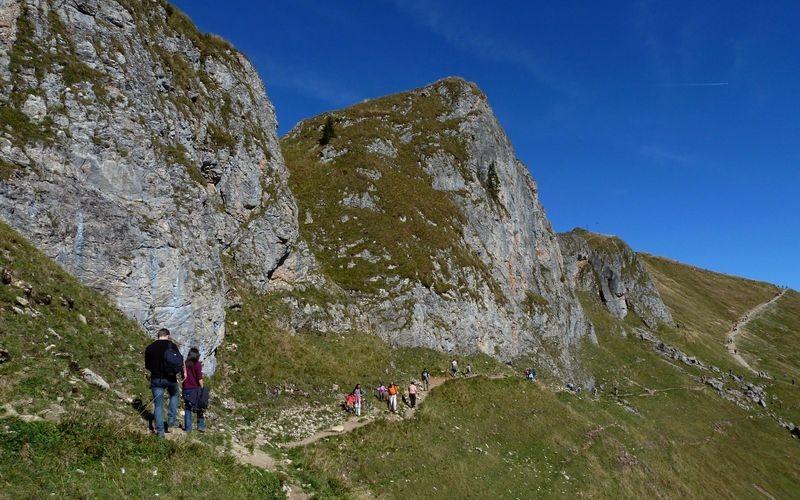 Unterhalb der Felsen der Rotwand verläuft der Steig zum Gipfel.