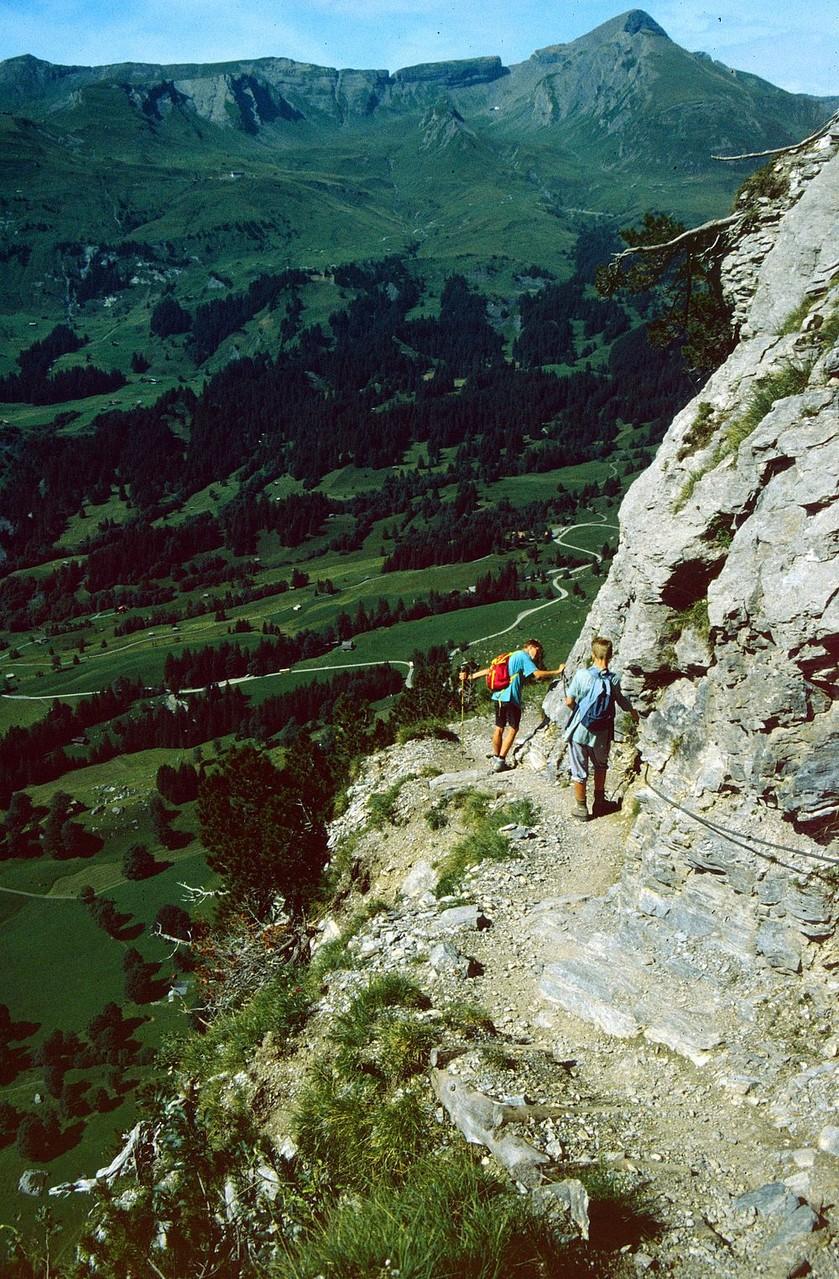 Beeindruckende Tiefblicke vom Steig in der Wetterhornflanke. Der Steig setzt Trittsicherheit und Schwindelfreiheit voraus.
