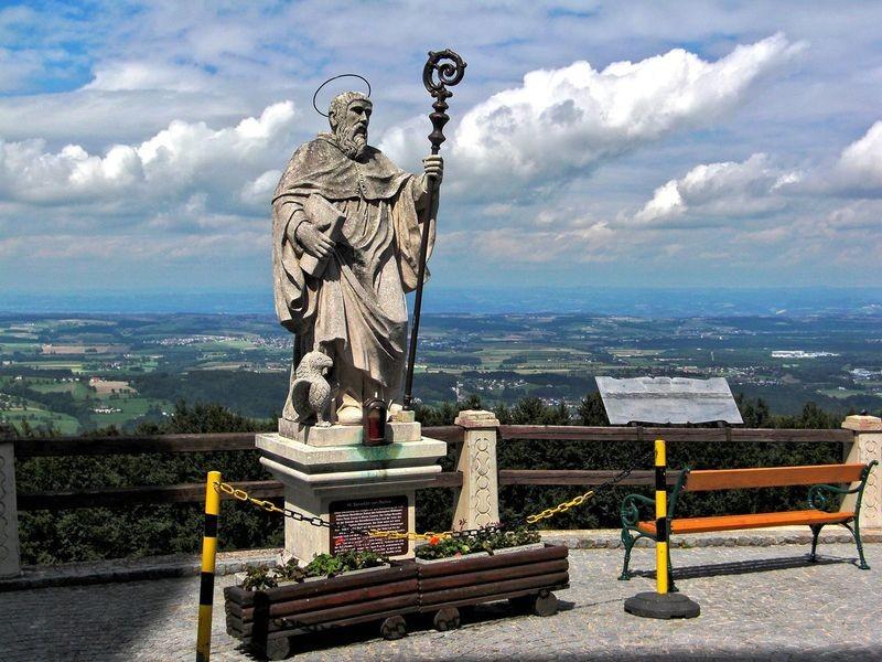 Die Sicht reicht von der Nordseite der Basilika Sonntagberg über die Donau bis zum Böhmerwald