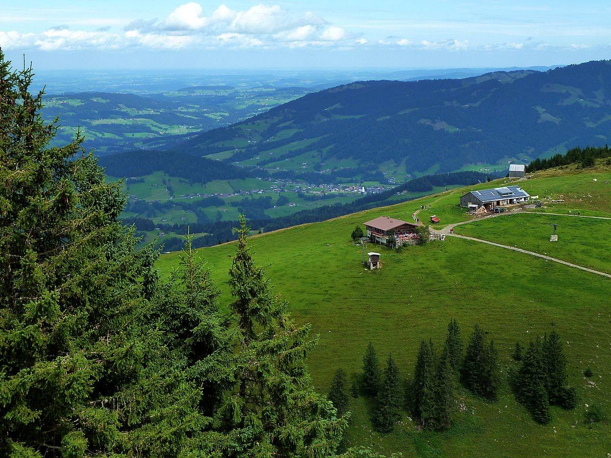Blick vom Panoramadeck der Seilbahn Bezau zum Alpengasthof Niedere