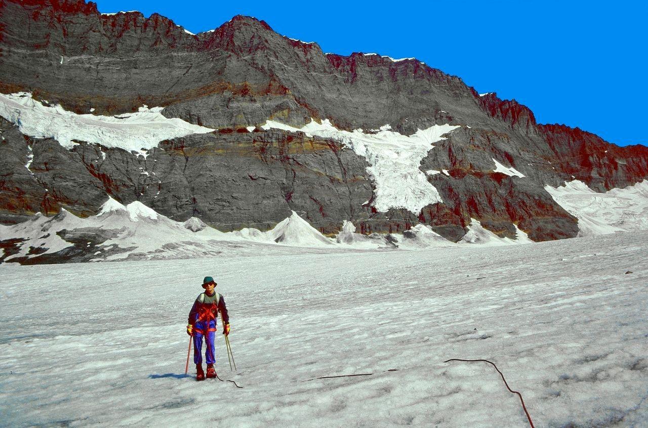 Blick über den Kanderfirn zur langgestreckten Felsflanke der Blümlisalp mit eingelagerten Gletschern.