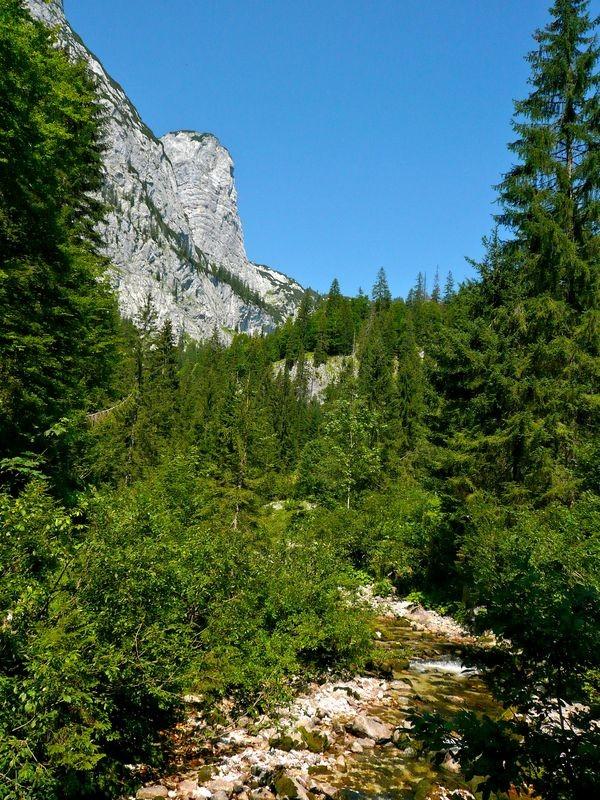 Weg am Zimitzbach entlang mit Sicht auf die Südabstürze des Toten Gebirges