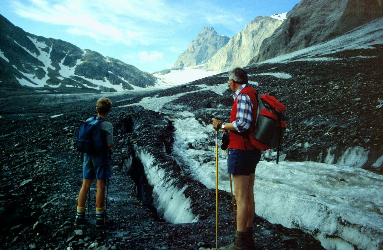 Am offenen Gletscherspalten vorbei führt der Weg durch Geröll auf dem Gletscher linkerhand zur Seitenmoräne.
