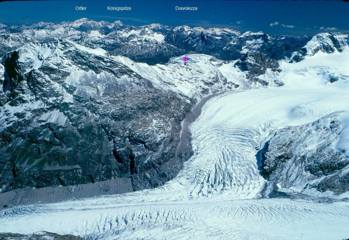 Tiefblick auf Morteratsch- und Persgletscher im Osten. Hinten links die Ortlergruppe.