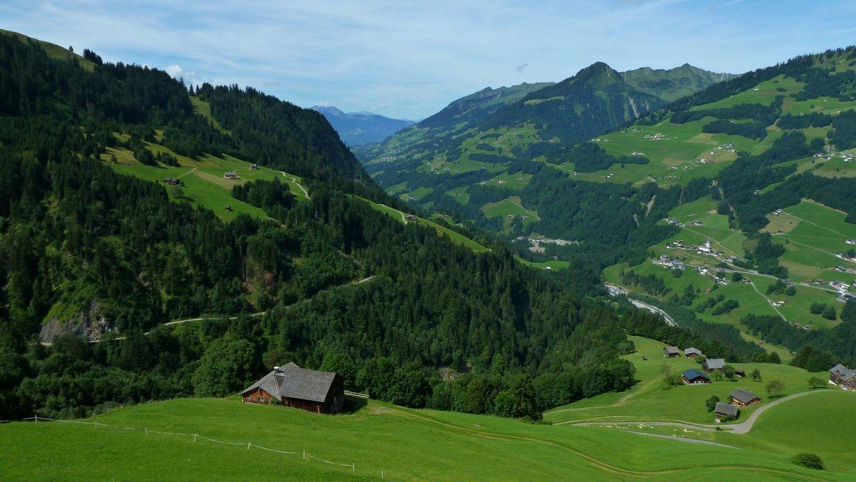 Blick von der Terrasse bei der Bergstation auf das Große Walsertal