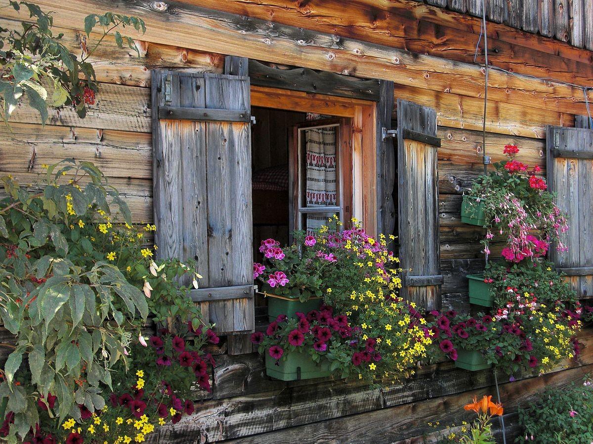 Die mit Blumen geschmückte Jausenstation