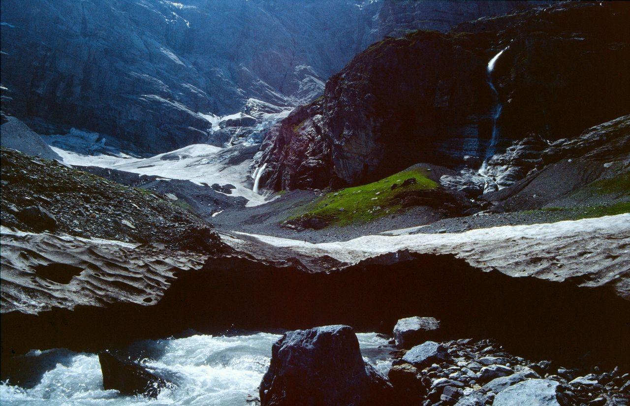 Lawinenschneereste und Wandfußgletscher im Kilchbalmkessel